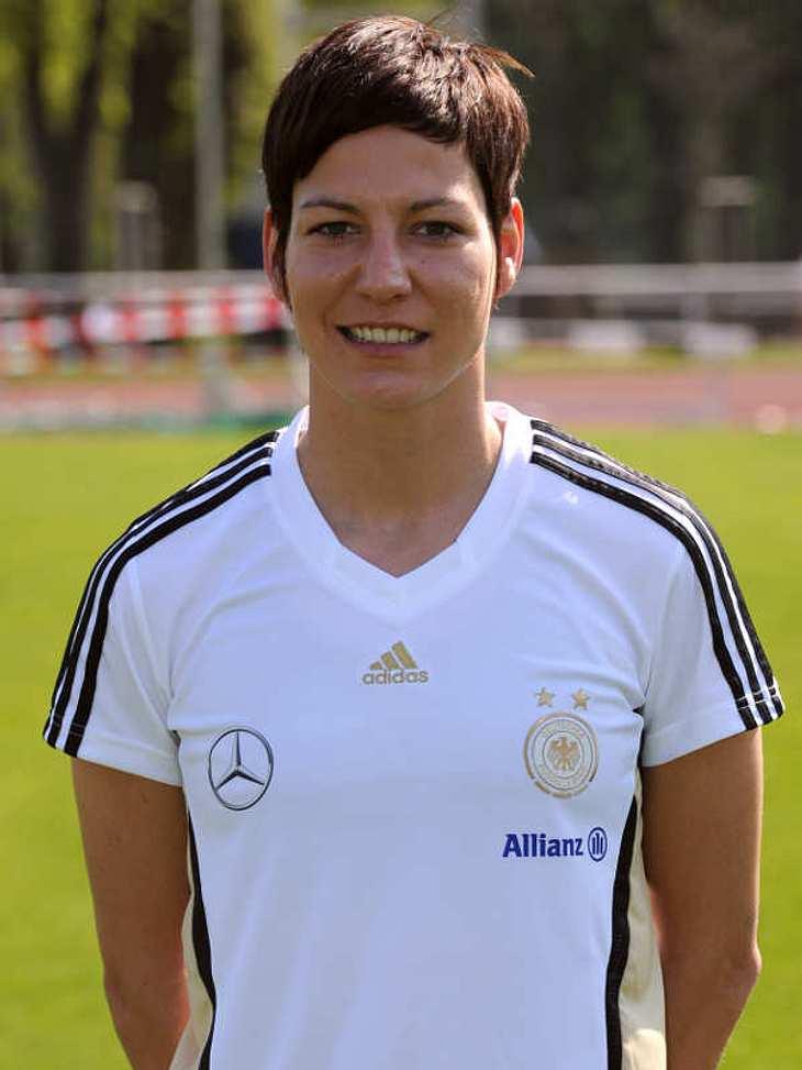 Frauenfußball-WM: Das ist unser TeamAbwehr Nummer: 10Linda Bresonik (Geb.: 07.12.1983 ) - sie spielt für den FCR 2001 Duisburg. Obwohl sie ausgebildete Groß- und Außenhandelskauffrau ist, geht sie neben ihrer Fußballkarriere keinem Beruf na
