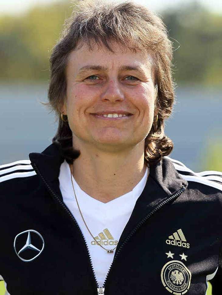 Frauenfußball-WM: Das ist unser TeamCo-TrainerinUlrike Ballweg (Geb.:17.09.1965) - Sie ist Co-Trainerin der deutschen Nationalmannschaft der Frauen. Nebenbei trainiert sie als Cheftrainerin die U-23 Nationalmannschaft.