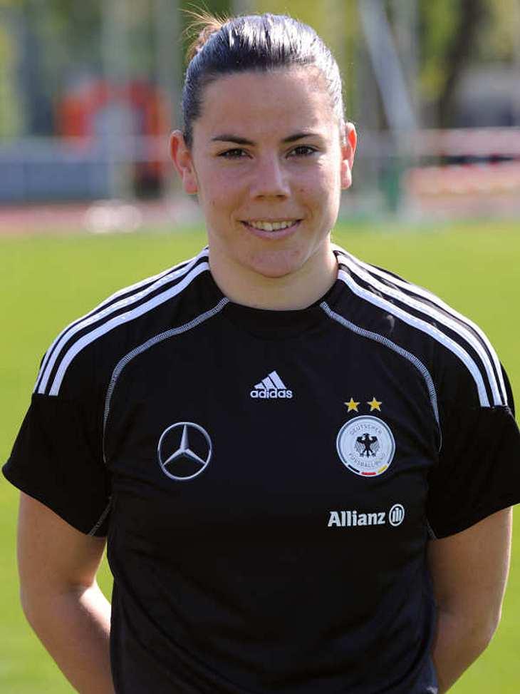 Frauenfußball-WM: Das ist unser TeamIm Tor Nummer: 21Ursula Holl (Geb.:26.06.1982) - spielt für den FCR 2001 Duisburg. Sie arbeitet hauptberuflich als Bankkauffrau bei der Deutschen Bank und absolviert gerade ein Aufbaustudium zur Bankfachw