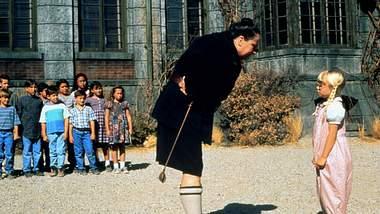 Pam Ferris als fiese Rektorin Fräulein Knüppelkuh in Matilda - Foto: Imago