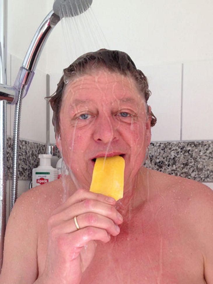 Walter Freiwald nackt unter der Dusche