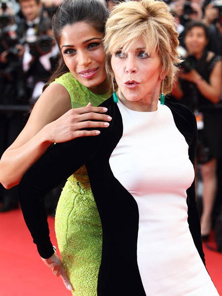Cannes 2012Ganz furchtbar lieb hatten sich die Jungschaupielerin Freida Pinto (27) und Alt-Star Jane Fonda (74): Freida kam in trendigem Neon-Grün, Jane bevorzugte elegantes Schwarz-Weiß.