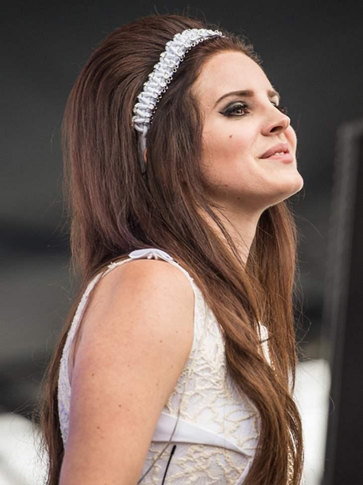 Die Schlank-Frisuren der Stars,Lana Del Rey (26) verschlankt ihr Gesicht mit einem hochtoupierten Haarberg. Ein guter Trick, denn das streckt optisch.