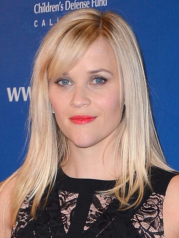Die Schlank-Frisuren der Stars,Der passende Pony ist besonders wichtig bei einer Schlank-Frisur. Reese Witherspoon (36) zeigt eine Möglichkeit den Pony zu stylen, damit er dem Gesicht optisch schmeichelt: Seitenscheitel ziehen und den Pony