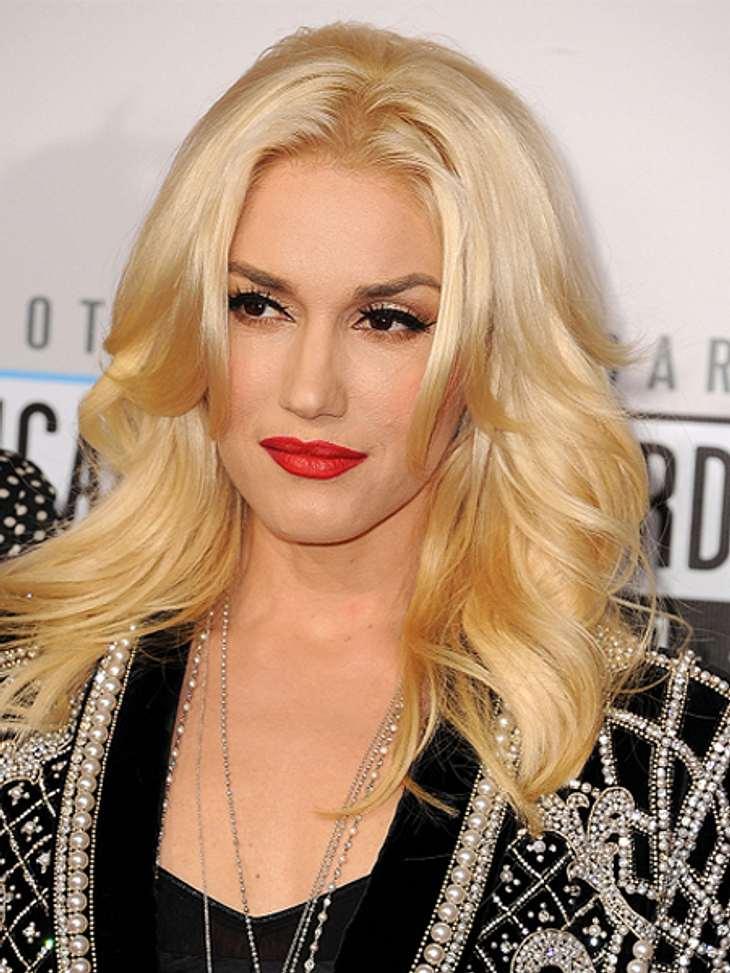 Die Schlank-Frisuren der Stars,Gwen Stefani (43) kommt mit einer eleganten Schlank-Frisur daher. Der Stufenschnitt bringt Bewegung in die Frisur, genau wie die leichten Wellen. Aber vor allem die kurzen Haarsträhnen an den Seiten fallen vor