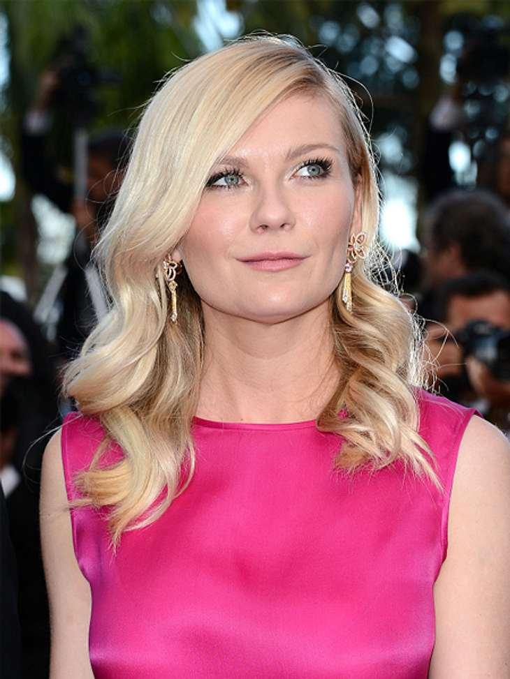 Die Schlank-Frisuren der Stars,Mit einem Seitenscheitel kann man sich eine alltagstaugliche Schlank-Frisur zaubern. Die Haare fallen dabei zu einer Seite schön über das Gesicht, so wie bei Kirsten Dunst (30).