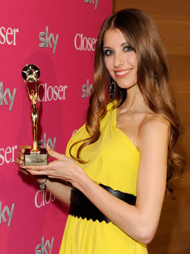Spielerfrau des Jahres 2013: Goldener TitelUnd dann hält sie ihn endlich in den Händen: Cathy Fischer ist unendlich stolz auf ihren gewonnenen Preis.
