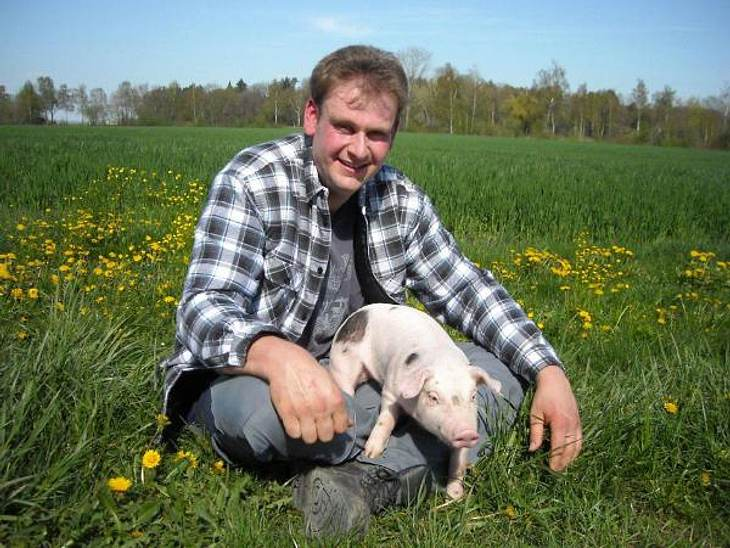 """""""Bauer sucht Frau"""" - Die Kandidaten 2012Der sanfte Schweinebauer Georg (33) ist jetzt schon seit fünf Jahren auf der Suche nach einer Partnerin, und er weiß auch wieso: """"Ich bin sehr schüchtern, aber auch wenn ich unterwegs b"""