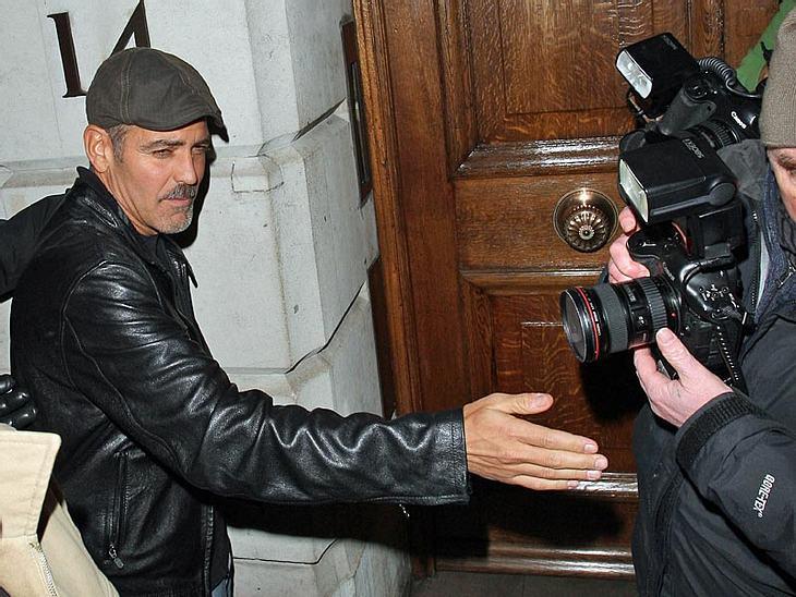 George Clooney tastet sich nach einem versoffenen Abend durch die Nacht. Nur gut, dass das Blitzlichtgewitter der Fotografen ihm den Weg weist...