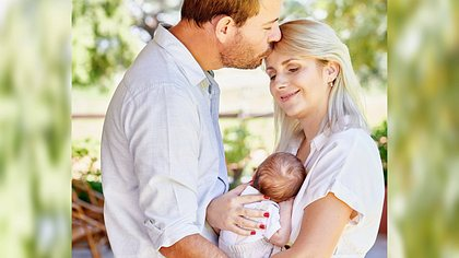 Gerald und Anna Heiser mit ihrem Sohn - Foto: TVNOW / Christian Stiebahl