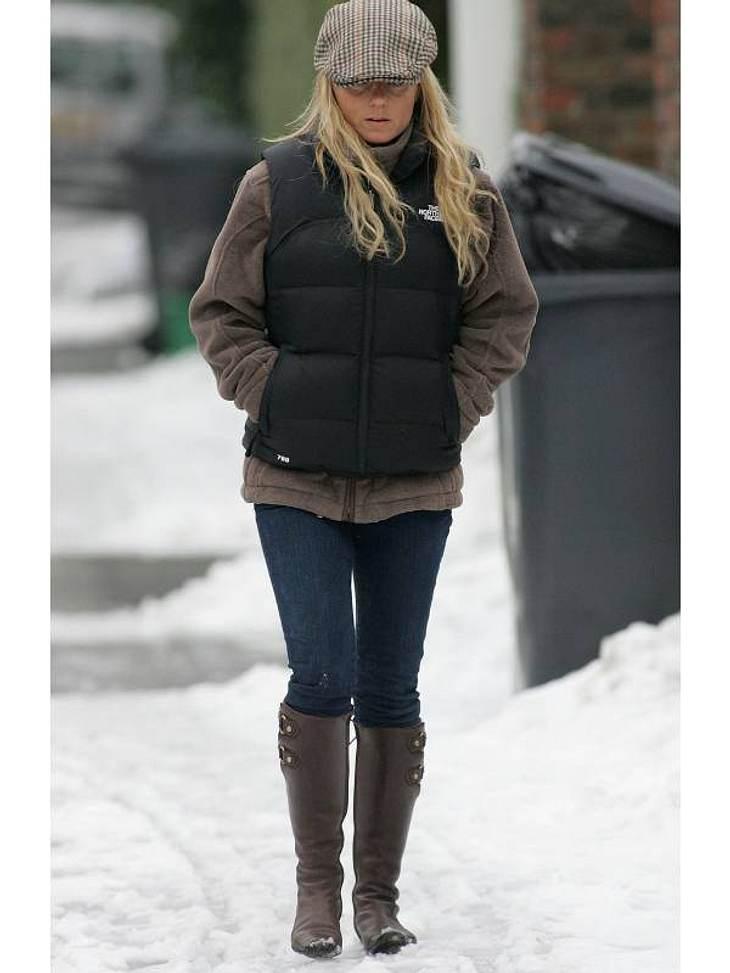Stars im SchneeOh, da friert aber jemand:  Geri Halliwell stapft durch den Schnee. Sie ist zwar dick eingepackt, sieht aber trotzdem angefrostelt aus.