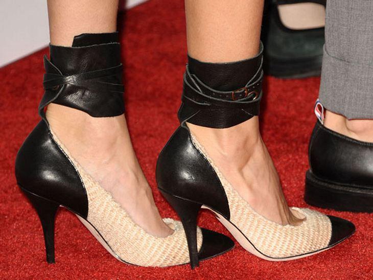 Stars: Zeigt her eure Füße!Leder zu Bouclé-Stoff - diese Schuhe versprühen ziemlich viel Sex-Appeal. Genau wie ihre Trägerin.
