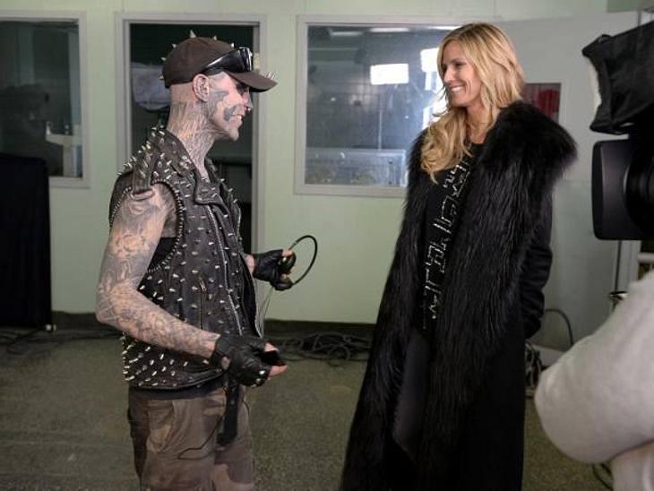 Heidi trifft den Tattoo-Künstler.