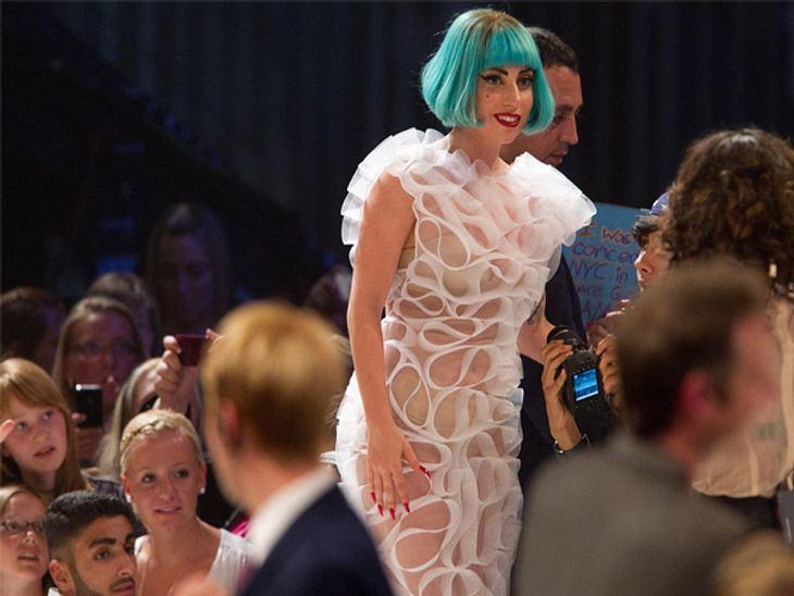 GNTM: Das FinaleLady Gaga war dennoch der Star des Abends. Mit grüner Perücke und Zuckerwattekleid lieferte sie ein Medley ihrer Hits ab.