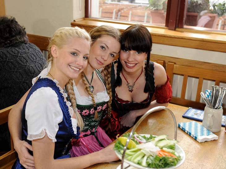 Ein Stück Bayern in Las Vegas: Die GNTM-Bewerberinnen im Dirndl-Look in einem Hofbräuhaus.