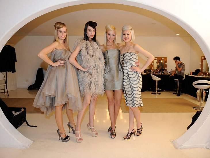 Tolle Kleidung gibt es immer: Die GNTM-Kandidatinnen in wunderbaren Abendkleidern.