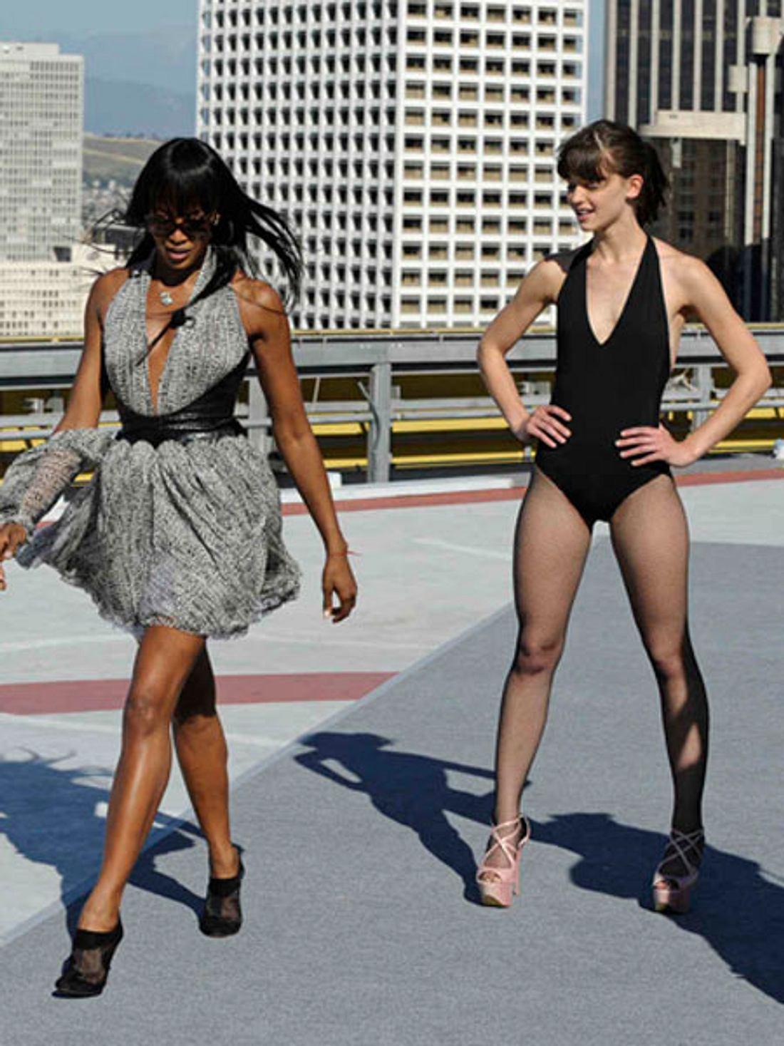 Naomi Campbell zeigt den Mädels von GNTM, wie es geht