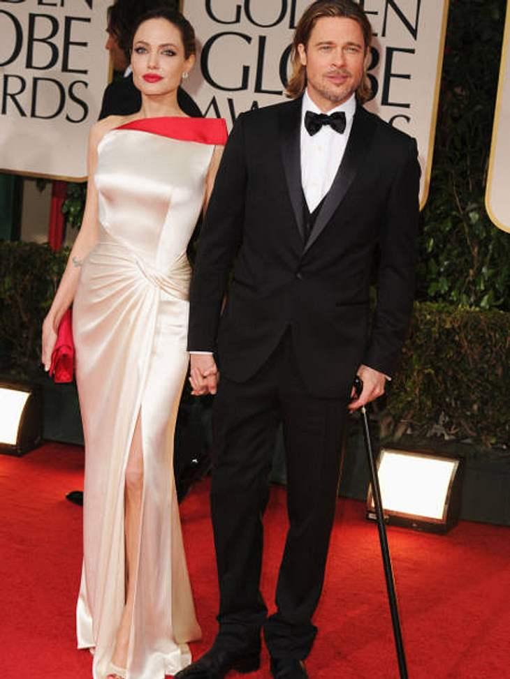 """Golden Globes 2012Immer noch am Stock. Brad Pitt (48) ist nach seinem Sturz auch bei den """"Golden Globes"""" noch auf eine Gehhilfe angewiesen. Lebensgefährtin Angelina Jolie (36) nimmt's gelassen."""