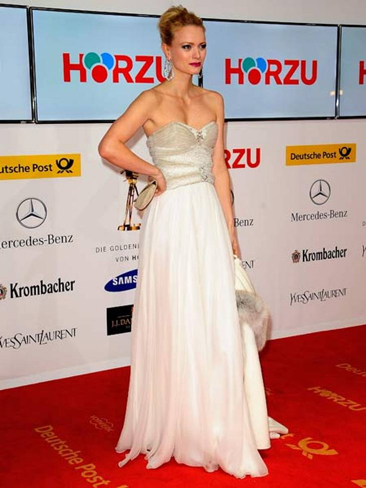 """""""Goldene Kamera"""" 2012Schneeweiß: Model Franziska Knuppe (37) im weißen Feen-Kleid von Basler mit Bibber-Garantie. Bei der Kälte hatte sie aber eine kuschelige Jacke dabei."""