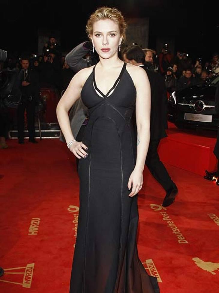"""""""Goldene Kamera"""" 2012Stargast: Highlight der Promi-Ladys war Hollywood-Star Scarlett Johansson (27). Outfittechnisch hielt sie sich aber zurück. Sie erschien in einem schlichten schwarzen Kleid mit tiefem Rückenausschnitt."""