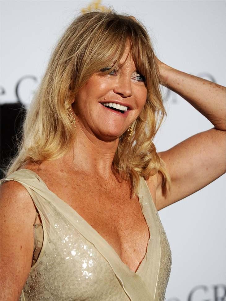 CannesDie 66-jährige Goldie Hawn machte ein echt gute Figur in Cannes, wäre da nicht diese unschöne Kleinigkeit. Ein Stück ihres Fleisch-farbenen BHs bahnte sich leider den Weg aus ihrem güldenen Kleid.