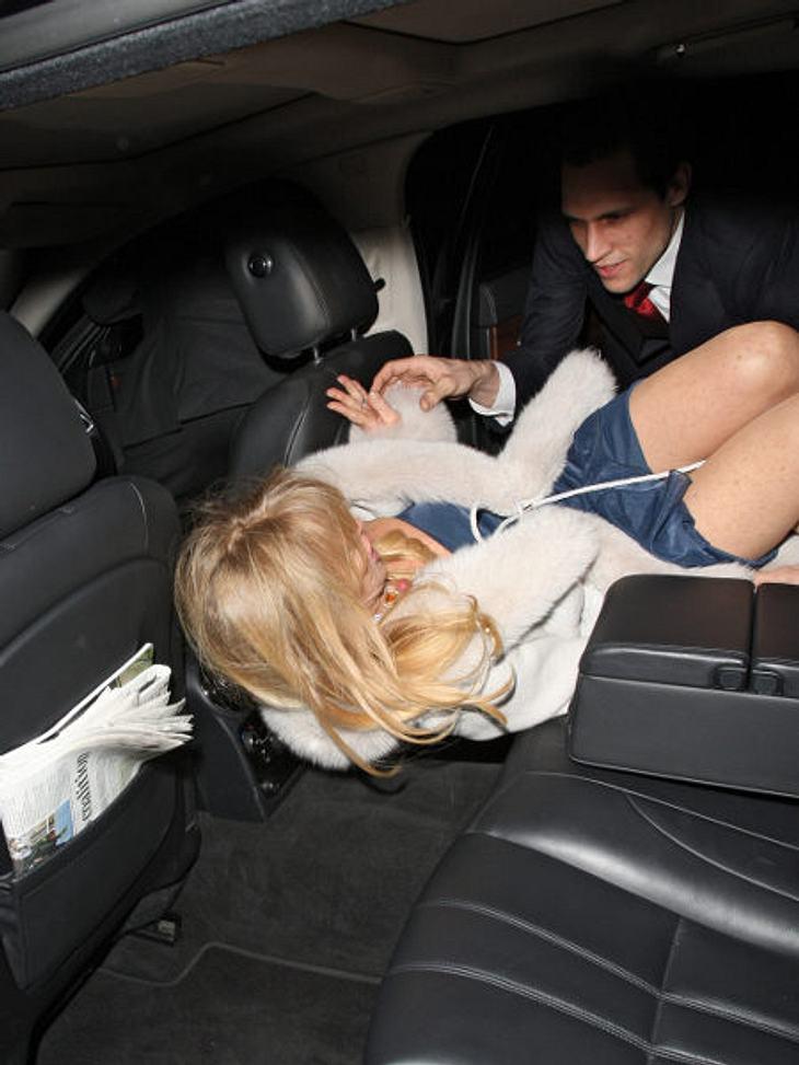 """Stars - manchmal ganz schön peinlich""""Mann, war ich betrunken!"""" Goldie Hawn hatte am Morgen nach dieser Suff-Aktion bestimmt mächtig Kopfweh. Ihre Bodyguards mussten sie rücklinks ins Auto stopfen.,Noch mehr betrunkene Stars >&g"""