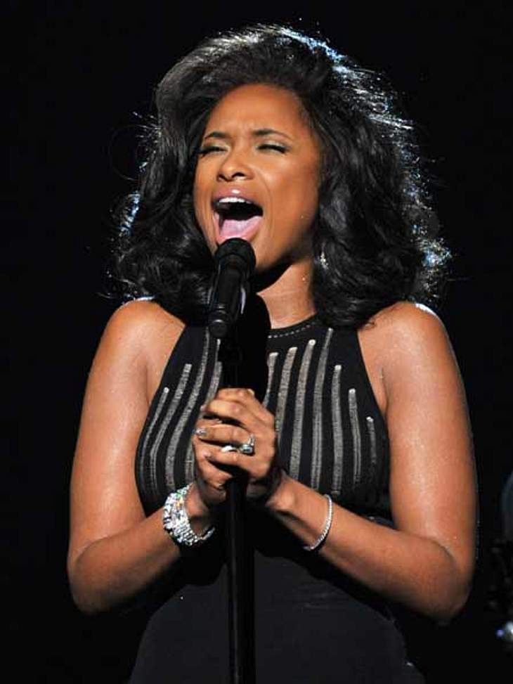 "Grammys 2012Um Whitney Houston Tribut zu zollen, sang Jennifer Hudson den Song ""I Will Always Love You""."