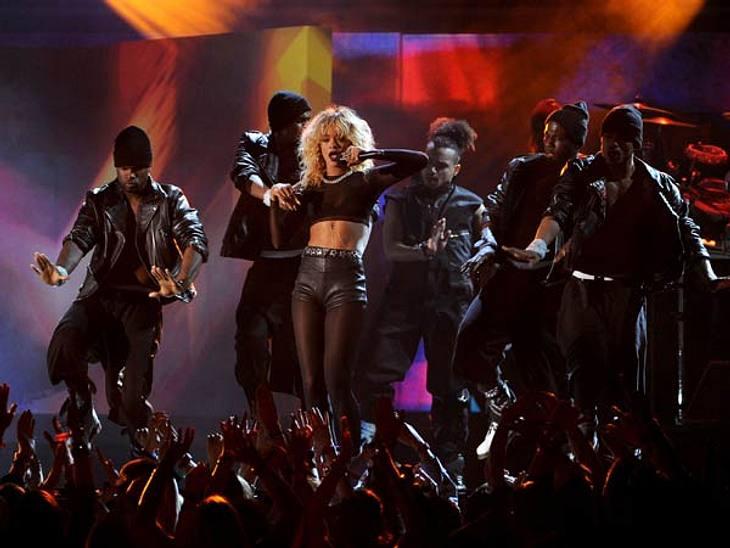 Grammys 2012Rihanna rockte mit neuer blonder Mähne die Bühne in einem knappen sexy Outfit.