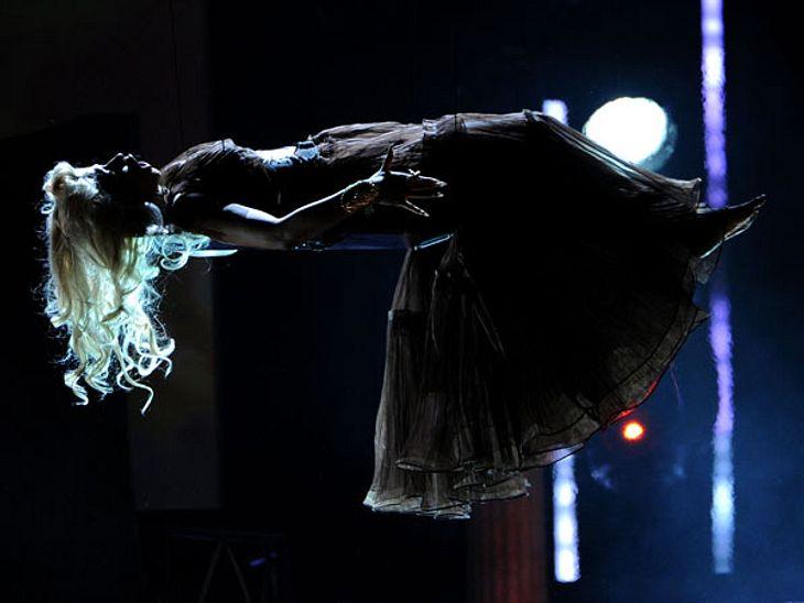 Grammys 2012Nicki Minaj bei ihrer außergewöhnlichen Performance als schwebende Jungfrau.