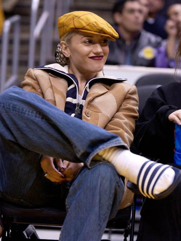 Der Look von Gwen StefaniMal ein ganz anderer Look: Gwen Stefani in Schlabberjeans, Lederjacke, Cap und Adiletten beim Basketballspiel Pacers vs. Lakers.