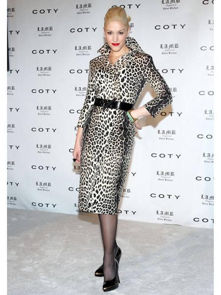 Der Look von Gwen StefaniBei der Bekanntgabe ihrer Zusammenarbeit mit Coty erscheint Gwen Stefani 2006 in einem Leopardenmantel.