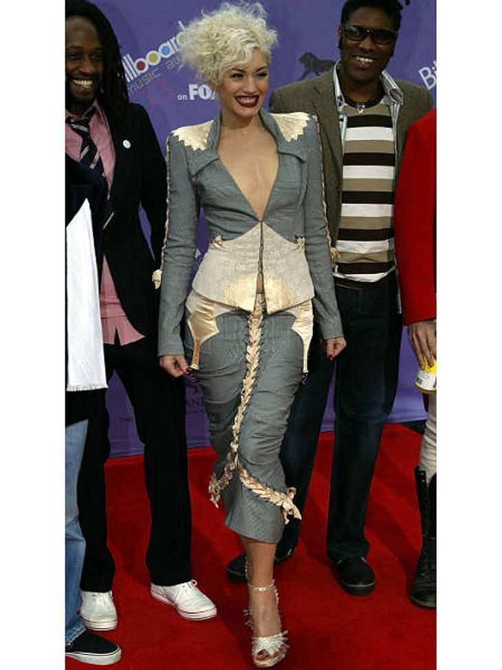 """Der Look von Gwen StefaniGwen Stefani mit zerzaustem Haar und extravagantem Kostüm zu den """"Billboard Music Awards"""" 2003."""