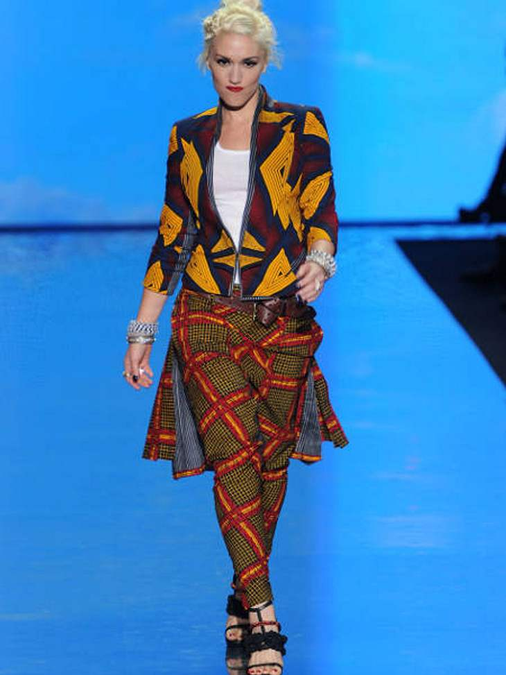 Der Look von Gwen StefaniHier zeigt Gwen Stefani ein Outfit aus ihrer Frühjahrskollektion 2011: Sehr bunt, wild gemustert, aber cool.
