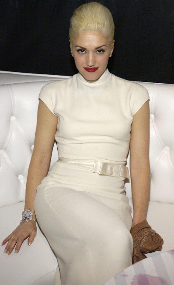 """Der Look von Gwen StefaniZur """"Golden Globe After Party"""" 2004 erschien Gwen im weißen Etuikleid und strenger Hochsteckfrisur."""