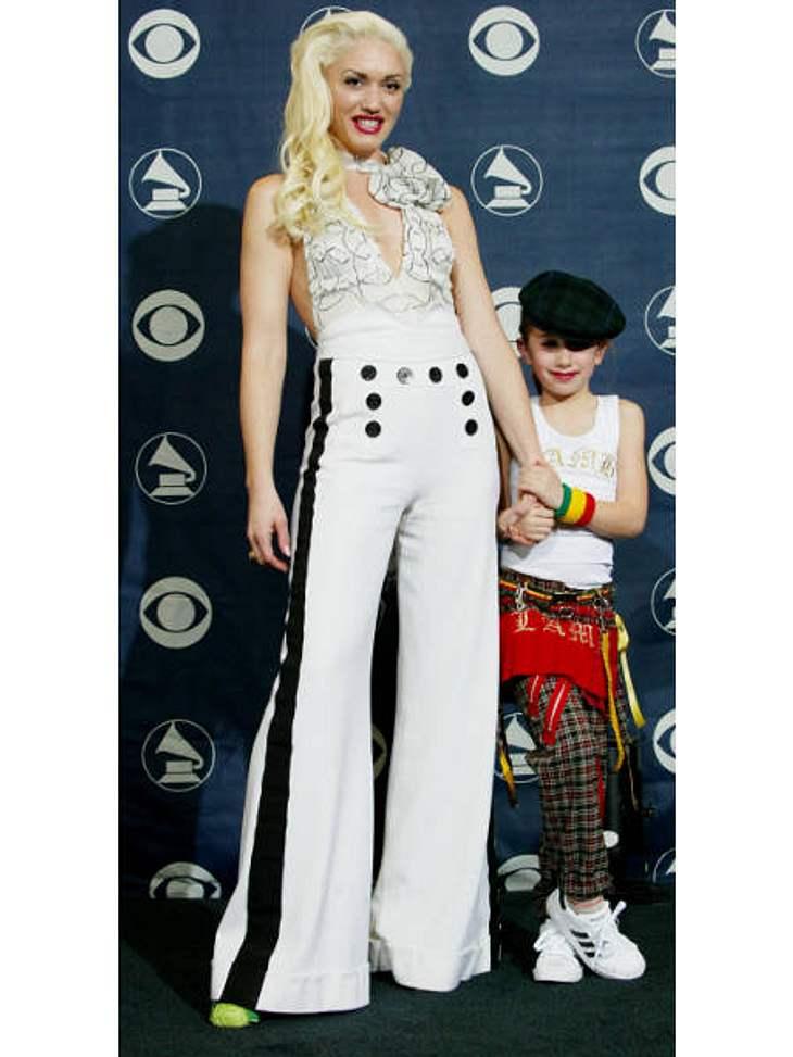 """Der Look von Gwen StefaniIn coolen Matrosenhosen posierte sie 2004 bei den """"Grammy Awards"""" auf dem """"blauen"""" Teppich."""