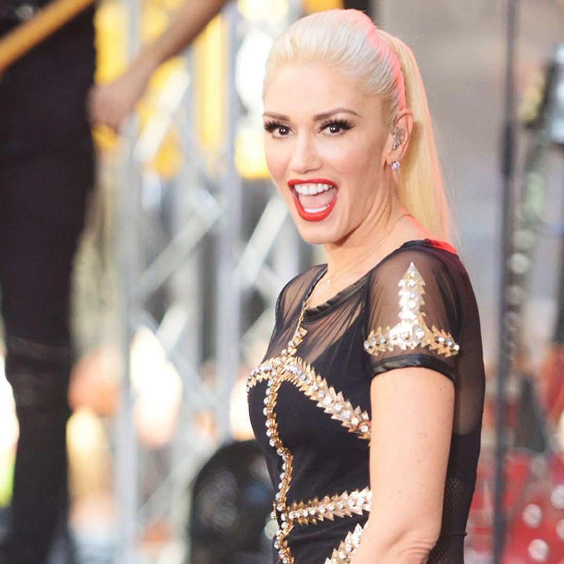 Gwen Stefani ist mit schwarzen Haaren kaum zu erkennen