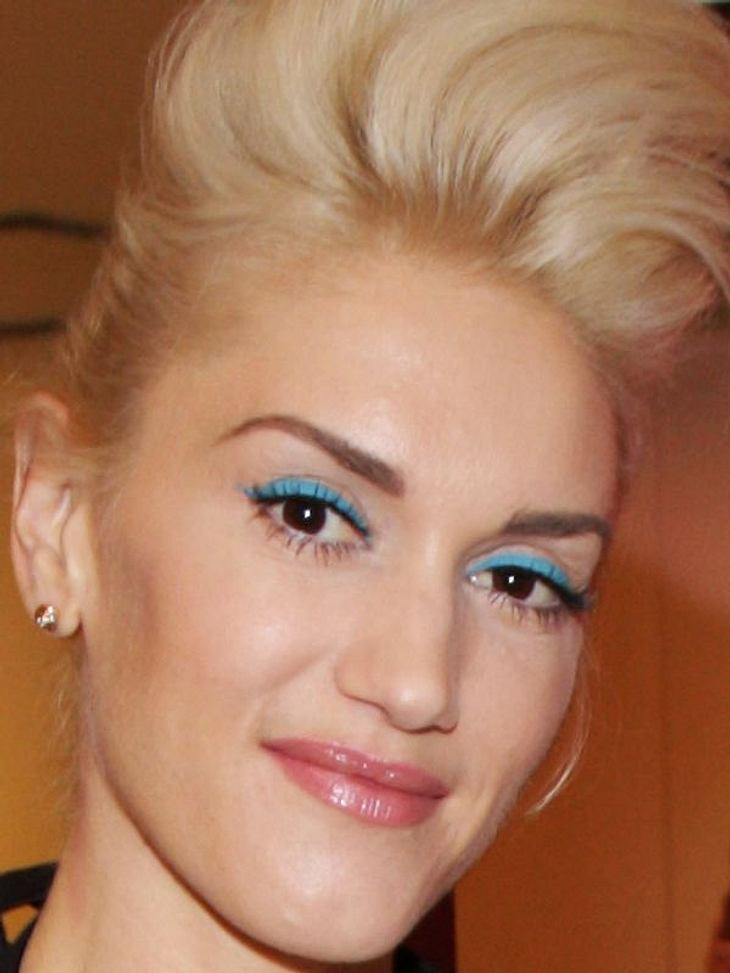 Gwen Stefani mal nicht mit knallroten Lippoen, sondern mit knalltürkisem Lidstrich.