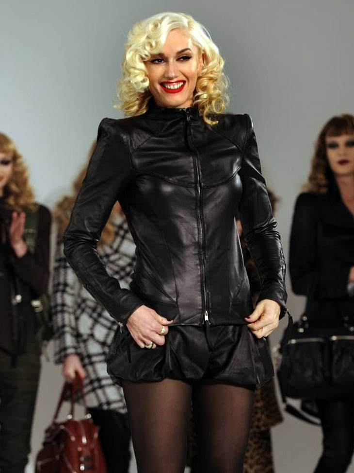 In  Gwen Stefanis aktueller Kollektion von L.A.M.B. ist Leder ein großes Thema. Auch die Lederjacke, die sie trägt gehört dazu.