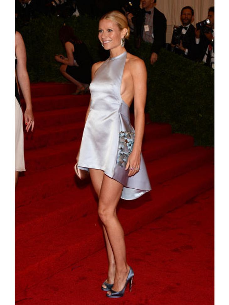 Met-Gala 2012: Die spektakulärsten Kleider des AbendsDas kürzeste Kleid des Abends präsentierte Schauspielerin Gwyneth Paltrow (39). Sie hatte sich für ein Mini-Kleidchen von Prada entschieden.