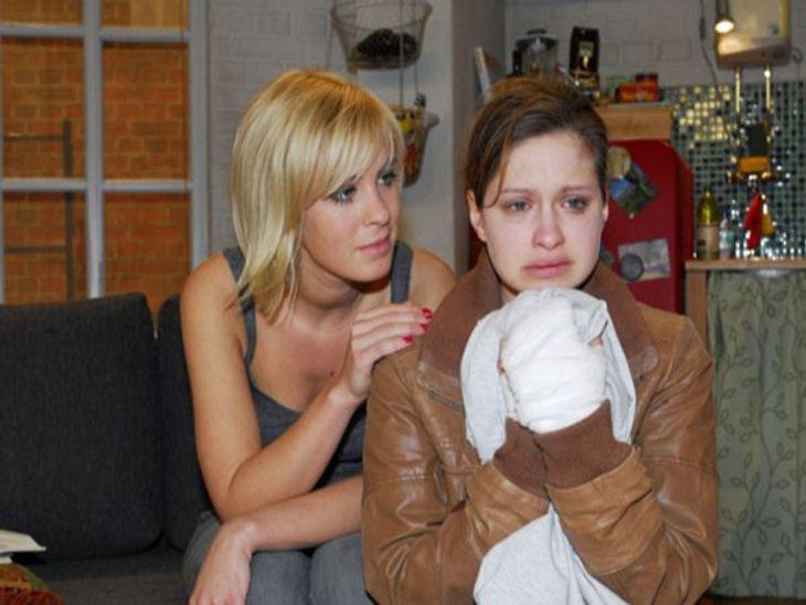 GZSZ: Die 5.000. FolgeNoch etwas extremer und mit einem weitaus traurigeren Ende verlief die lesbische Liebes-Geschichte zwischen Franzi und Paula. Obwohl beide in festen Beziehungen mit Männern waren, hatten sie sich unsterblich ineinander