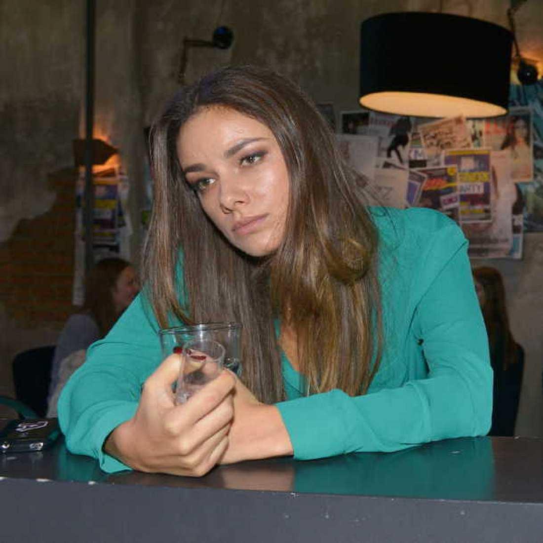 GZSZ-Absturz: Jasmin ertränkt ihren Kummer in Alkohol!