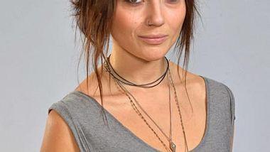 Linda Marlen Runge alias Anni hat eine neue Frisur - Foto: Rolf Baumgartner