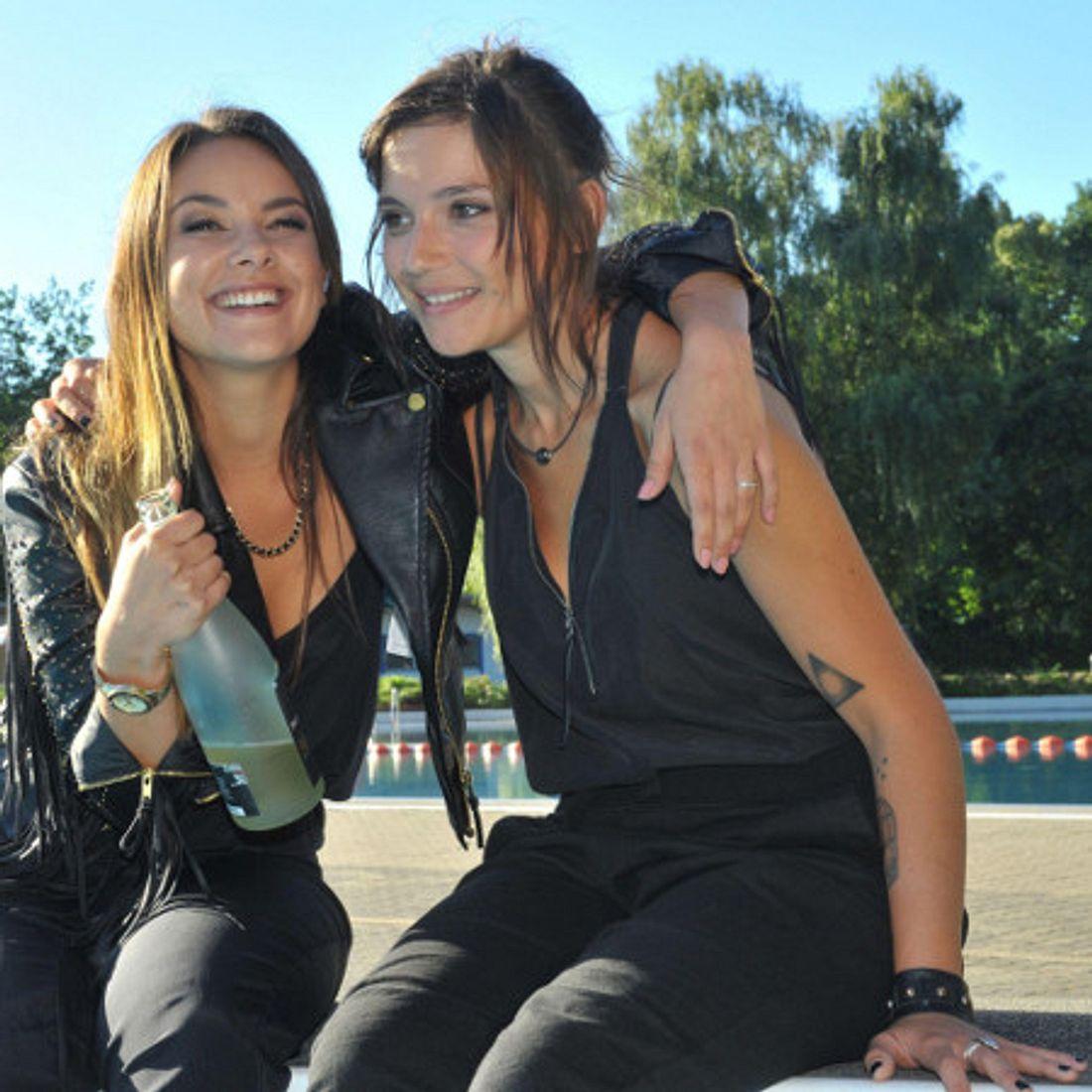 Anni und Jasmin im Freibad