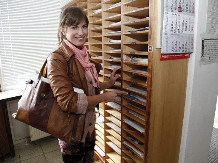 """GZSZ: Ein Tag hinter den Kulissen6.50 UHR: ANKUNFTDrehbücher, Memos, Fanpost: """"Alle Schauspieler haben ihr eigenes Postfach. Hier beginnt jeder Tag"""", erklärt Isabell Horn.,"""