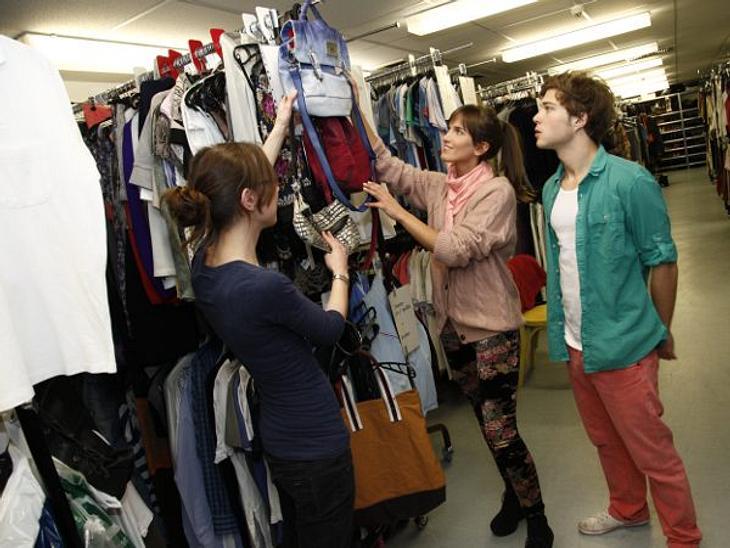 GZSZ: Ein Tag hinter den Kulissen10.15 UHR: STYLINGRund 30.000 Kleidungsstücke gibt es im Fundus. Darunter 120 Jeans, 140 Röcke und 780 T-Shirts. Wer was trägt, bestimmt Stylistin Michaela mit ihrem fünfköpfigen Team.