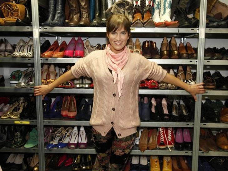"""GZSZ: Ein Tag hinter den Kulissen""""Das reinste Paradies!"""" Im Schuhschrank warten rund 500 Paar Sneaker, Stilettos und Ballerinas auf ihren Einsatz. 400 davon sind Damenschuhe."""