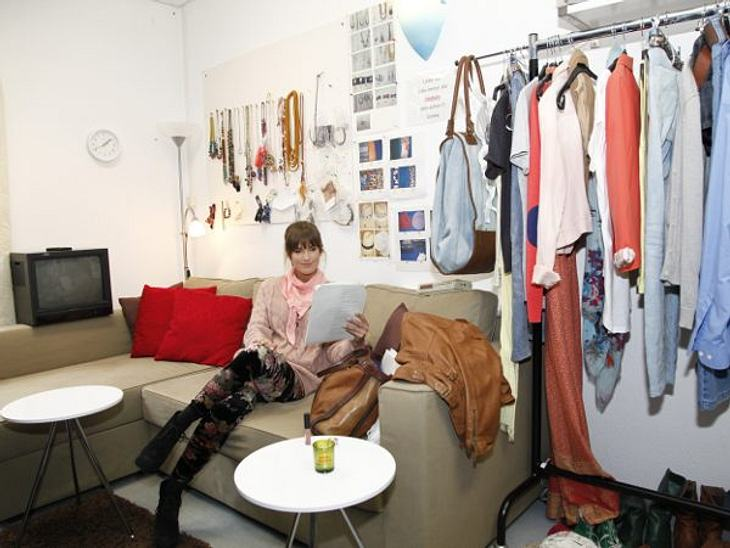 GZSZ: Ein Tag hinter den KulissenIsabell lässt es da ruhiger angehen. Sie liebt es, auf ihrem kuscheligen Sofa in aller Ruhe das Drehbuch durchzugehen. An der Wand hängt der Schmuck, den ihre Figur Pia in der Serie trägt.