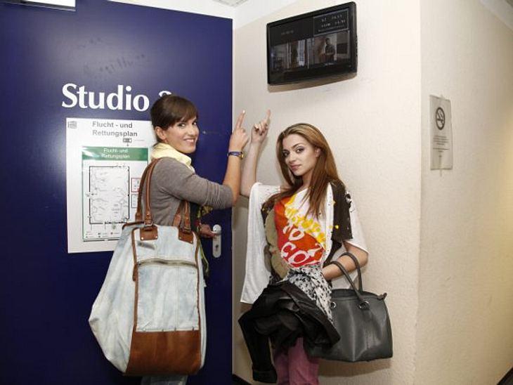 """GZSZ: Ein Tag hinter den Kulissen11.00 UHR: DREHBEGINNJetzt aber schnell! Isa und Anne hetzen gestylt ins Studio. """"Hier kommt es echt auf jede Minute an"""", erklären die beiden.,"""