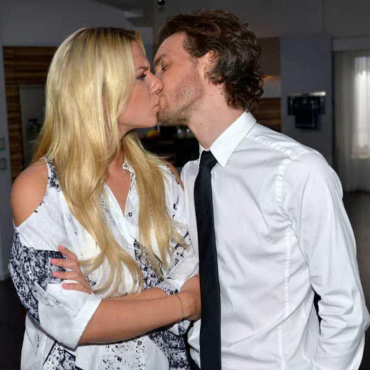 GZSZ-Kuss: Sunny wird von Chris' Bruder Felix Lehmann überrumpelt!