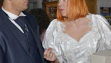 Nele ist von ihrem Brautkleid noch nicht so überzeugt... - Foto: RTL / Rolf Baumgartner